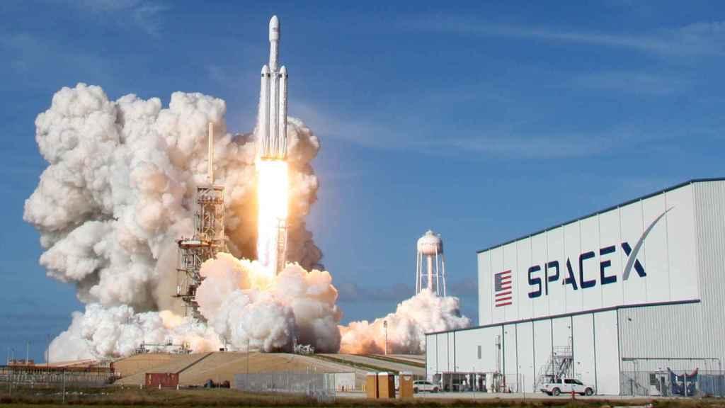 Momento en que el Falcon Heavy despega desde Cabo Cañaveral.