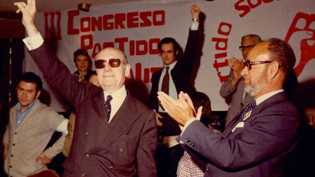 Tierno Galván, en primer plano, con Bono detrás en el III congreso del PSP, en 1976.