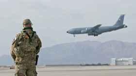 Un soldado estadounidense en una base aérea de Afganistán.