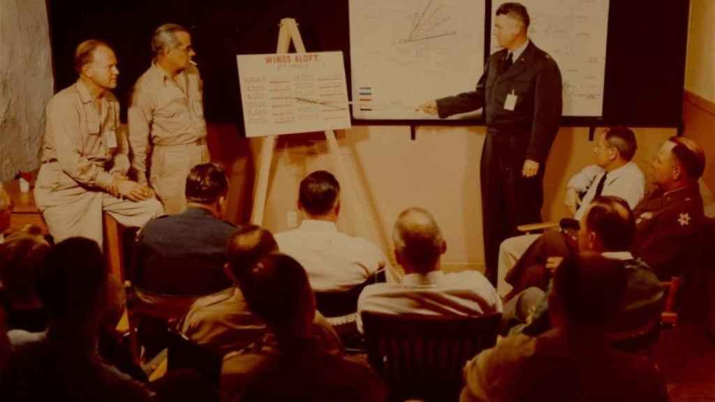 Alvin Graves, primero por la izquierda, durante la reunión de evaluación de un test nuclear en 1953.