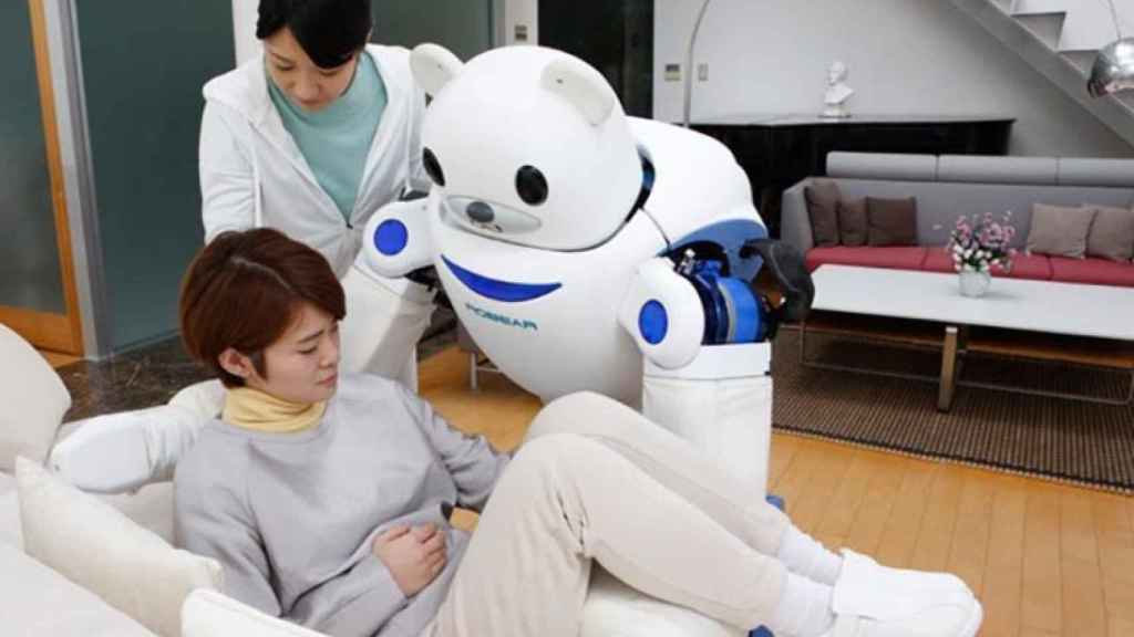 Un robot ayuda a una mujer a levantarse.