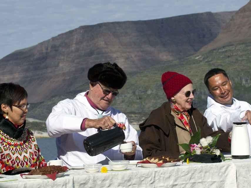 El príncipe consorte junto a la reina Margarita II en una visita oficial a Groenlandia. Gtres.