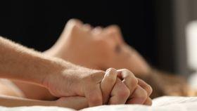 Una pareja pasándoselo 'chachi' durante una noche desenfrenada.