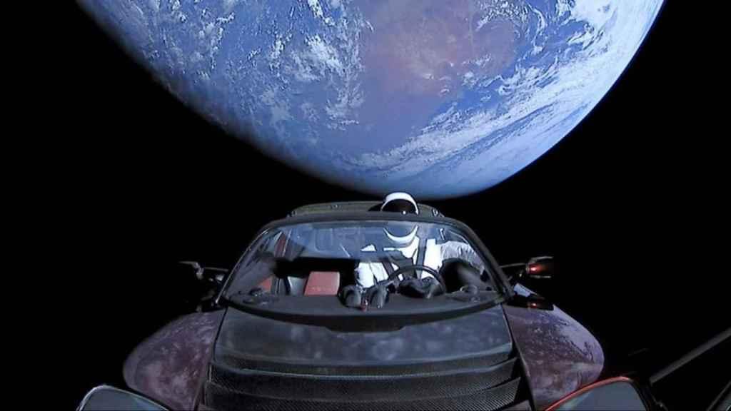 El bueno de Starman en su viaje espacial.