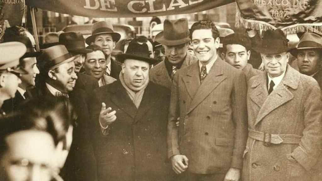 Prieto, con sombrero y abrigo oscuro durante una manifestación por la lucha de clases celebrada en México.