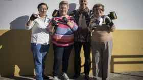 Ana, Dolores, María y Carmen junto a la sede de la asociación de vecinos.
