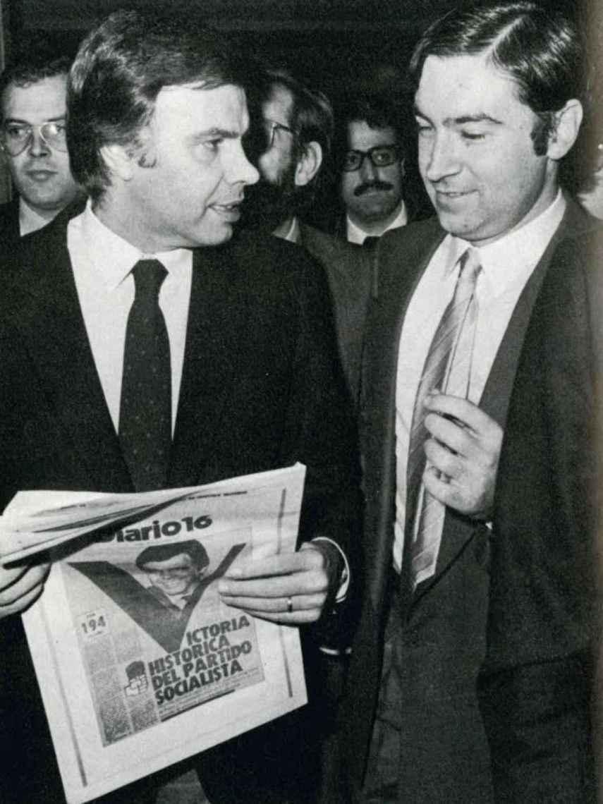Pedro J. Ramírez y Felipe González mientras leen Diario 16 en la noche de la victoria en el Palace en octubre del 82.