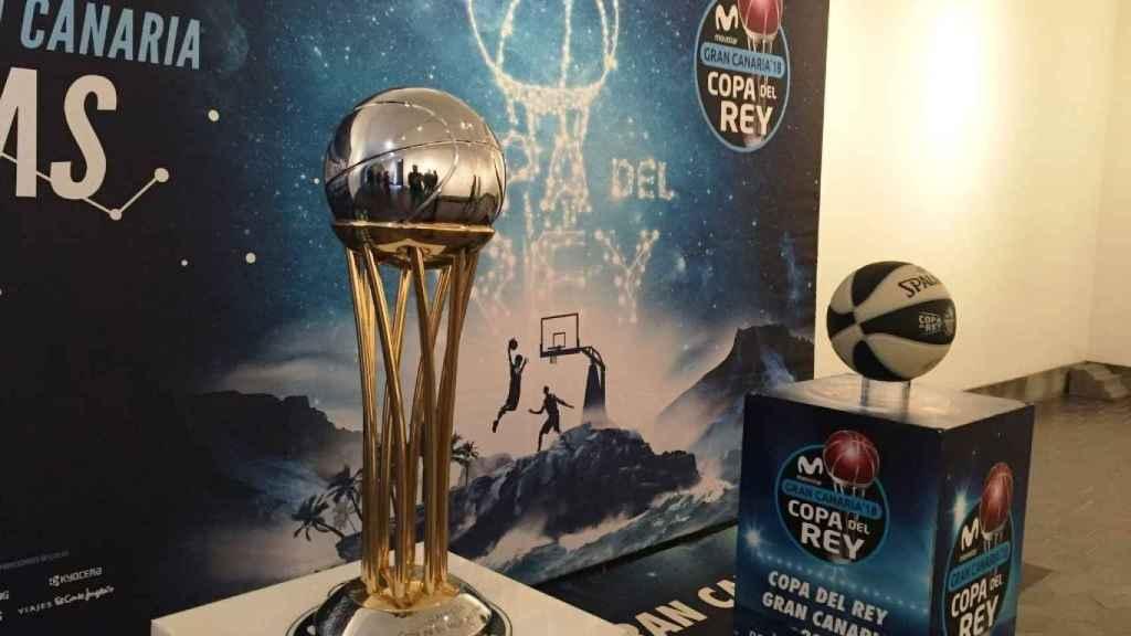 El trofeo de la Copa y su balón oficial en 2018.