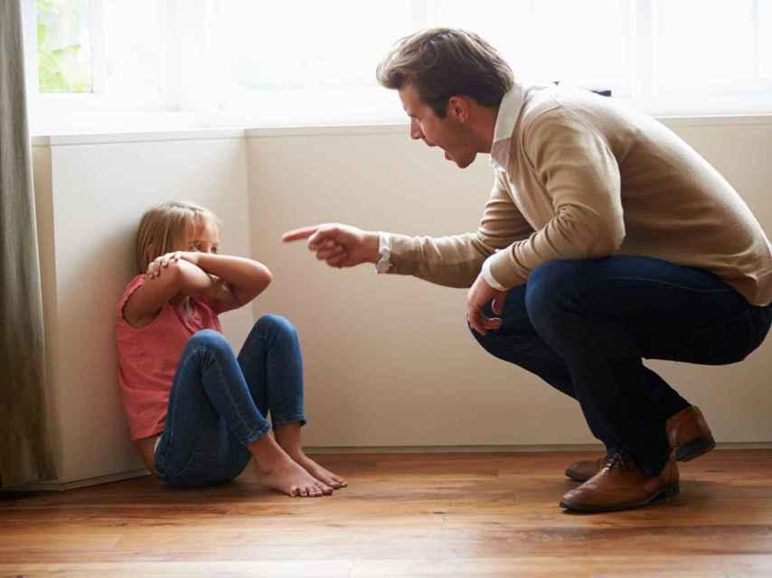 Un padre regaña a su hija.