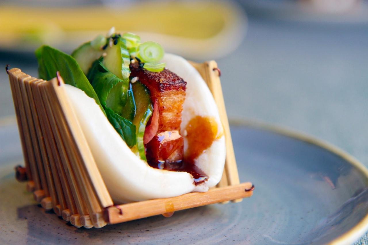 Bao de panceta cocida en caldo cantonés