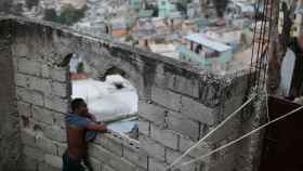 Un hombre en un poblado chabolista en Haití.