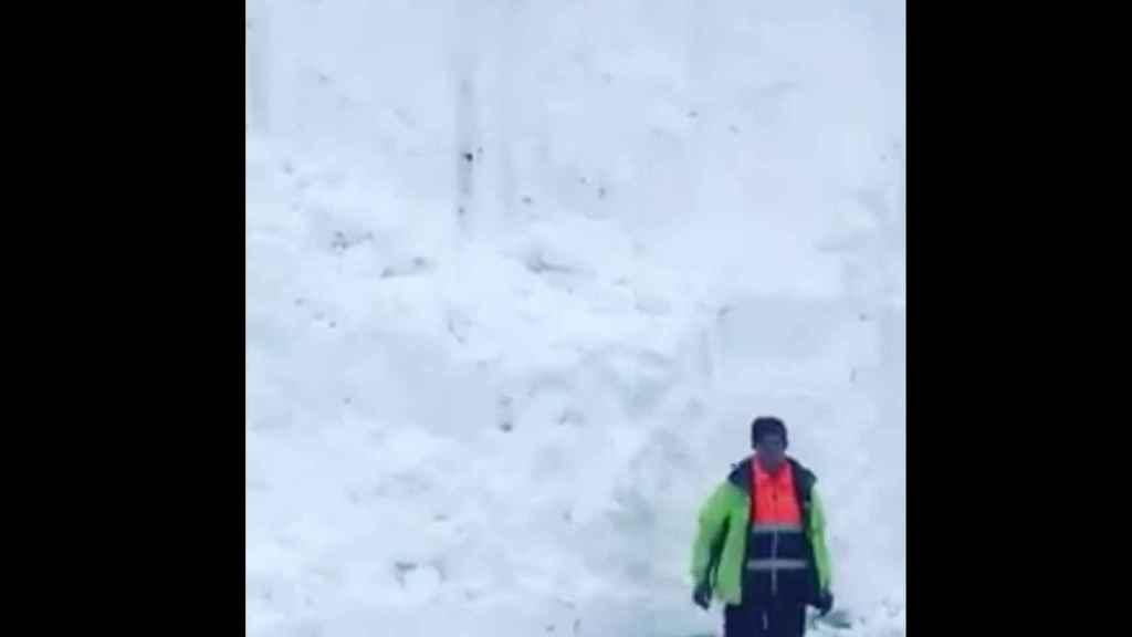 Muro de nieve de siete metros en la Estación San Isidro.