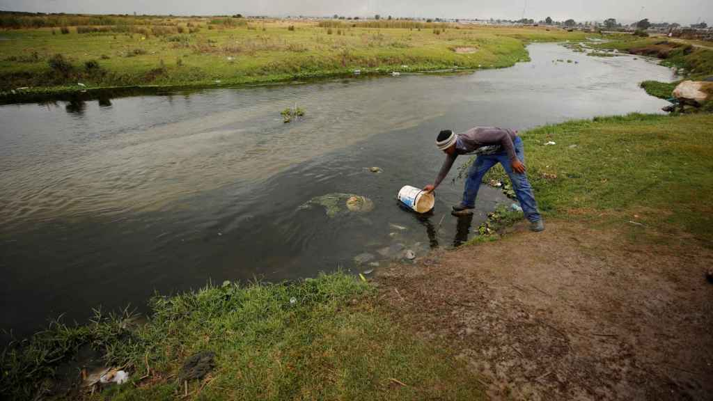En los suburbios más pobres se saca agua incluso de arroyos contaminados.