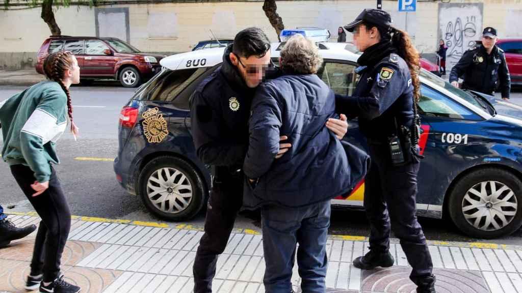 El padre y la novia del fallecido se intenta abalanzar contra el coche en el que trasladan al presunto asesino