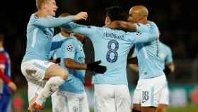 Los jugadores del Manchester City celebran un gol en Basilea.