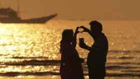 Una pareja celebra San Valentín en la playa de Gorai, en Bombai, India.