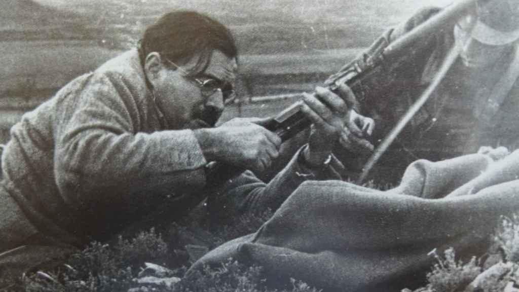 Ernst Hemingway recargando un fusil durante la batalla de Teruel.