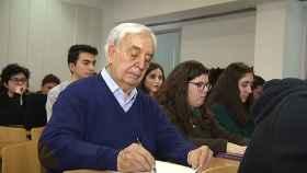Miguel estudia Historia en la facultad de la Universidad de Valencia.