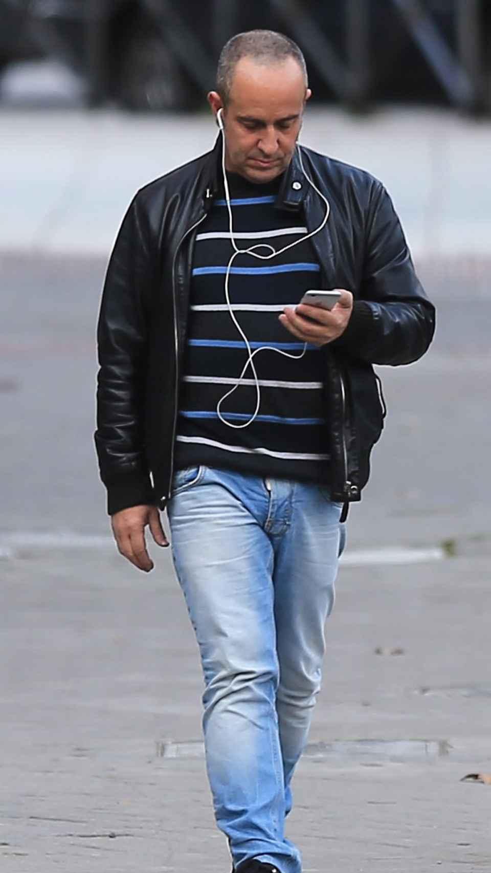 Víctor paseando por Sitges.