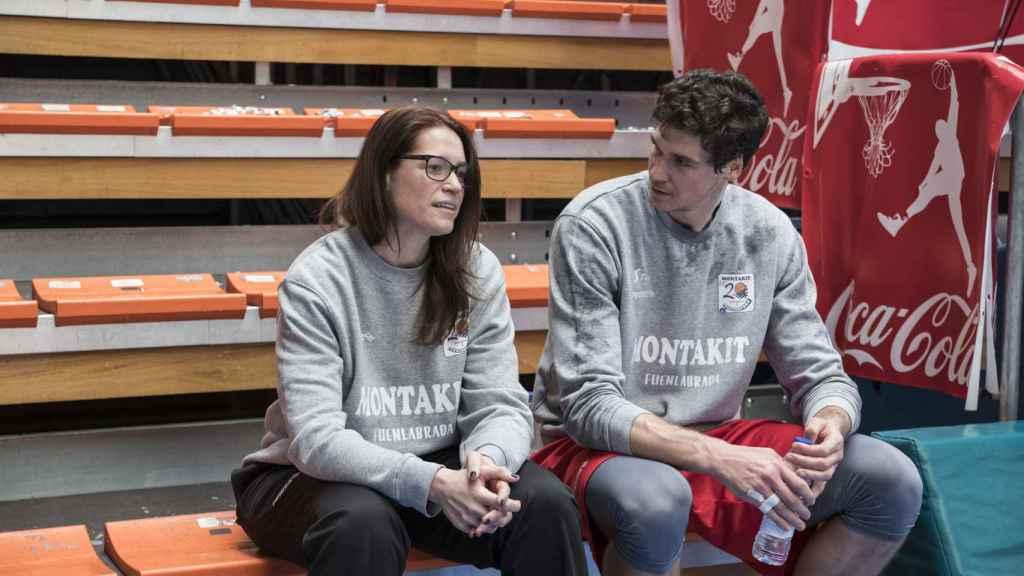 Montañana charla con Chema González, uno de sus nuevos jugadores.