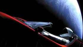 tesla roadster en el espacio con la tierra de fondo
