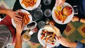 Un grupo de amigos disfruta de unas hamburguesas.