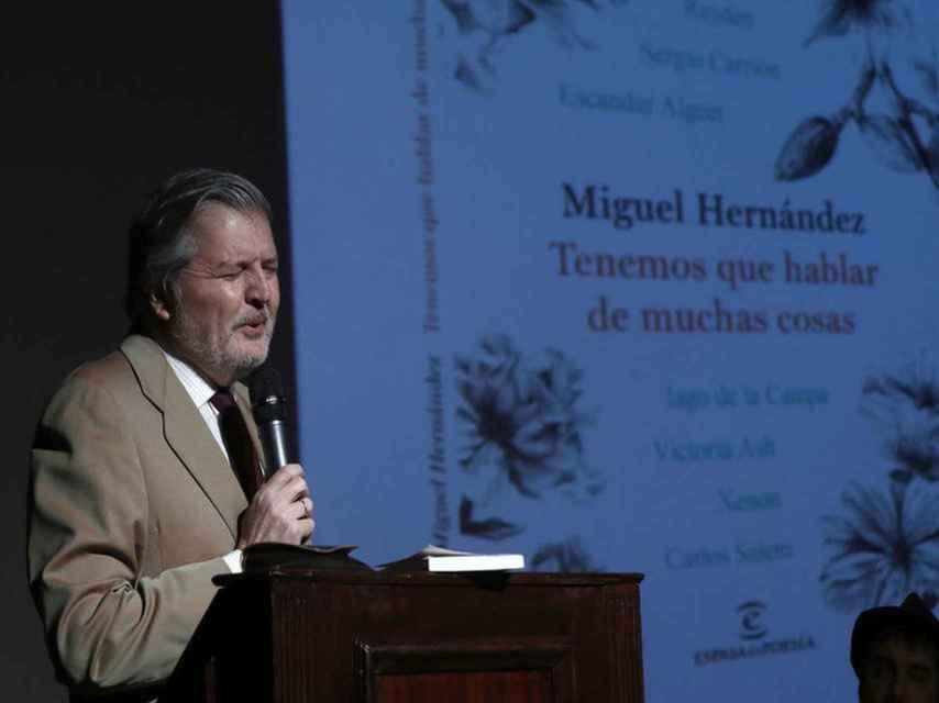El ministro, muy sentido, recitando a Miguel Hernández.