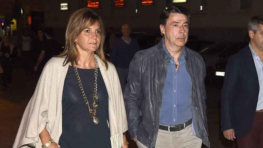 El expresidente de la Comunidad de Madrid, Ignacio González, junto a su pareja, Lourdes Cavero.
