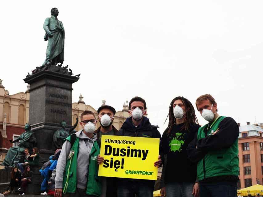 Un grupo de jóvenes protestan contra la contaminación en Cracovia.
