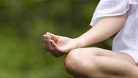 Una mujer realiza una sesión de meditación.