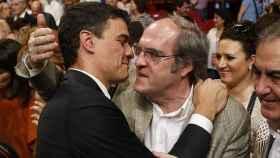 En 2015, Gabilondo (en la imagen con Sánchez) sacó en la capital casi 170.000 votos más que Carmona.
