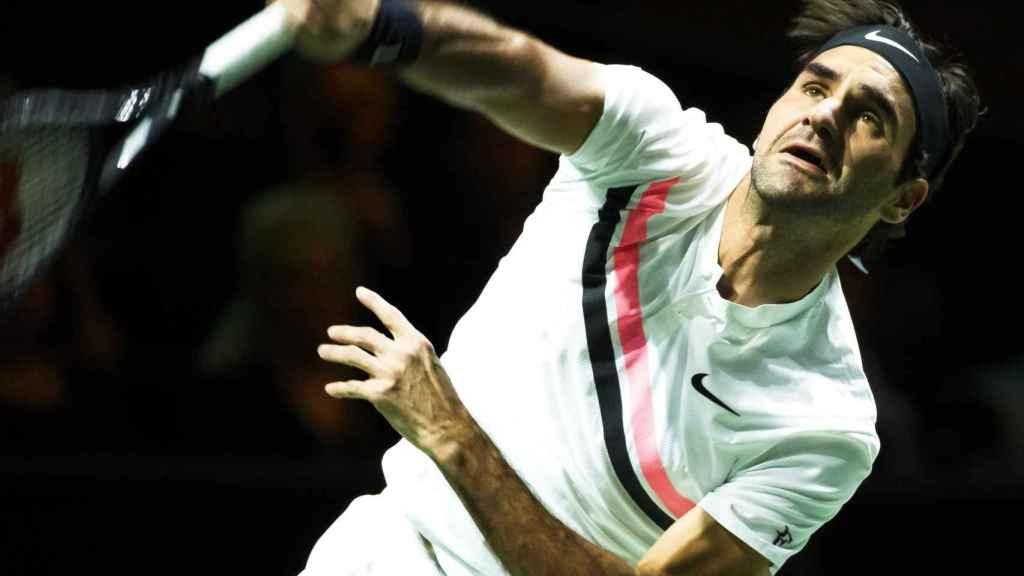 Federer, sacando en su estreno en Rotterdam.