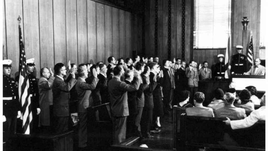 39 científicos importados de Alemania durante la Operación Paperclip reciben la nacionalidad estadounidense en 1954.