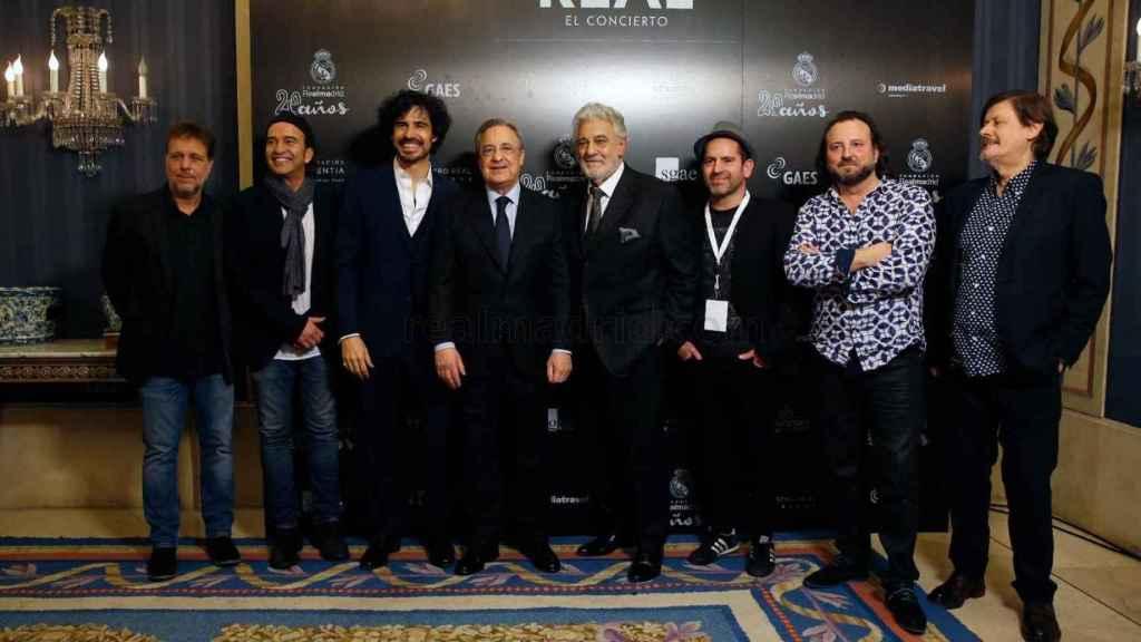 Florentino Pérez (c), acompañado de Pablo Sáinz Villegas (i), Plácido Domingo (d), y Los Secretos.