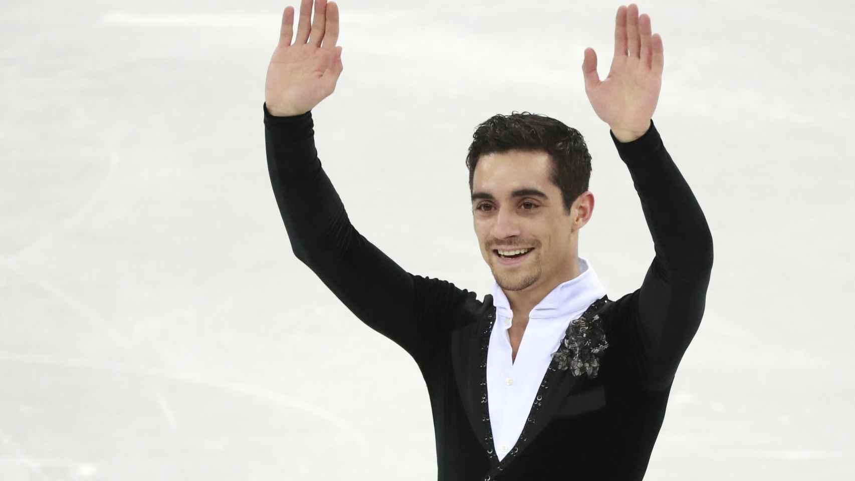 Javier Fernández saluda al público tras finalizar su ejercicio en el programa corto.