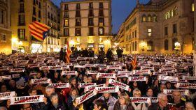 Manifestantes en la plaza Sant Jaume de Barcelona convocados por la ANC y Òmnium.
