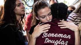 Alumnos de la escuela Stoneman Douglas, tras el tiroteo que acabó con 17 muertos.