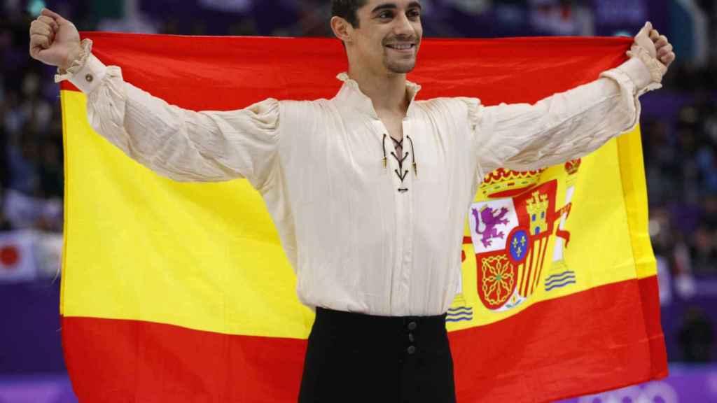 Javier Fernández, con la bandera de España tras ganar el bronce.