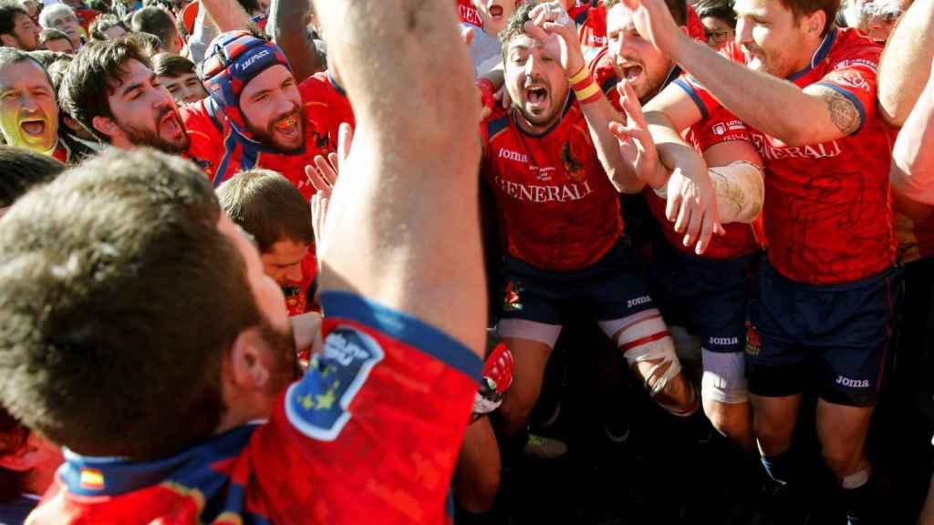 Los jugadores de España celebran su victoria sobre Rumanía en casa.