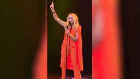 Marta Sánchez canta el himno de España durante su concierto en el teatro de La Zarzuela.