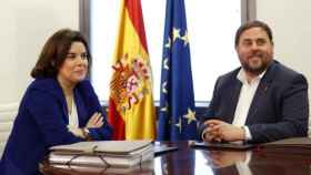 La vicepresidenta, Soraya Sáenz de Santamaría, con el expresidente de la Generalitat, Oriol Junqueras.