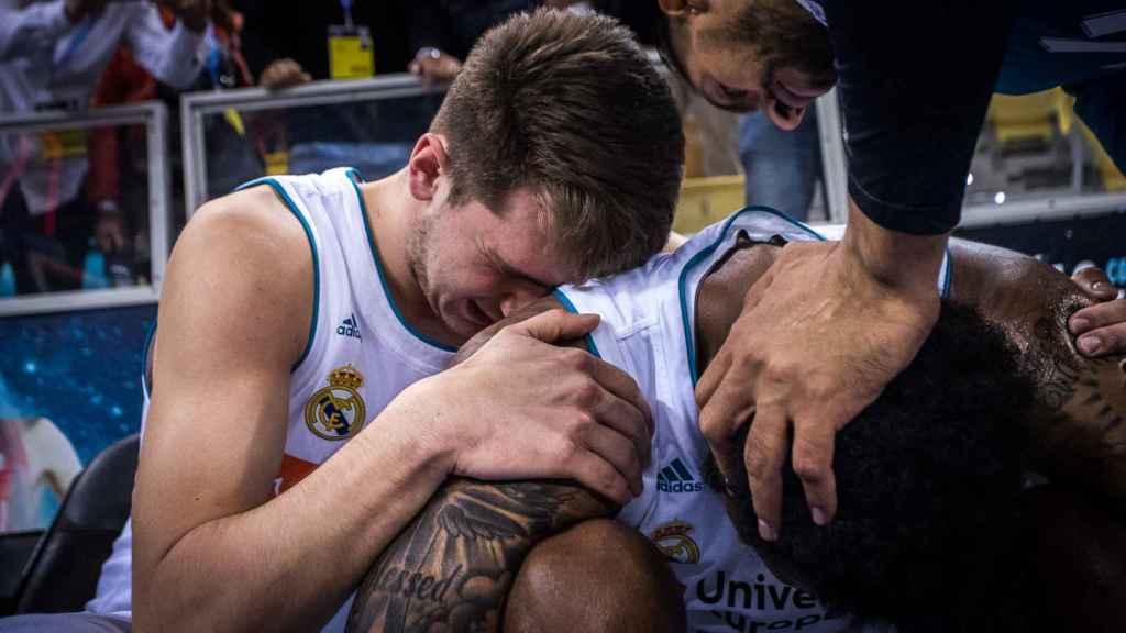 Doncic llora de rabia junto a Thompkins tras perder la final de Copa.