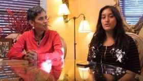 Mari López junto a su sobrina Liz en uno de los vídeos que publicaron en internet.