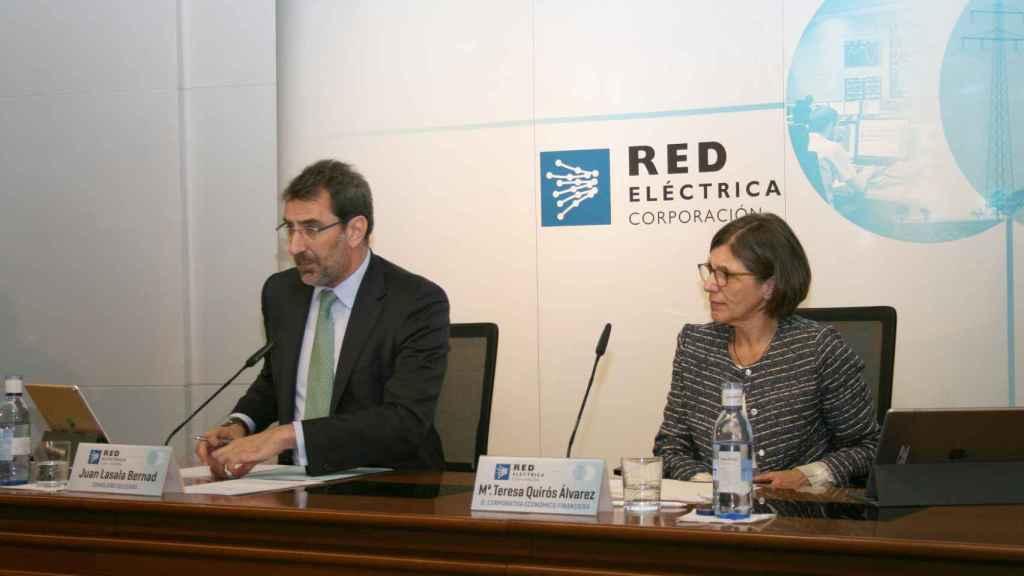 Juan Lasala, CEO de Red Eléctrica junto a María Teresa Quirós, directora corporativa económica financiera de la compañía.