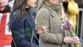 Meghan Markle junto a Amy Pickerill.