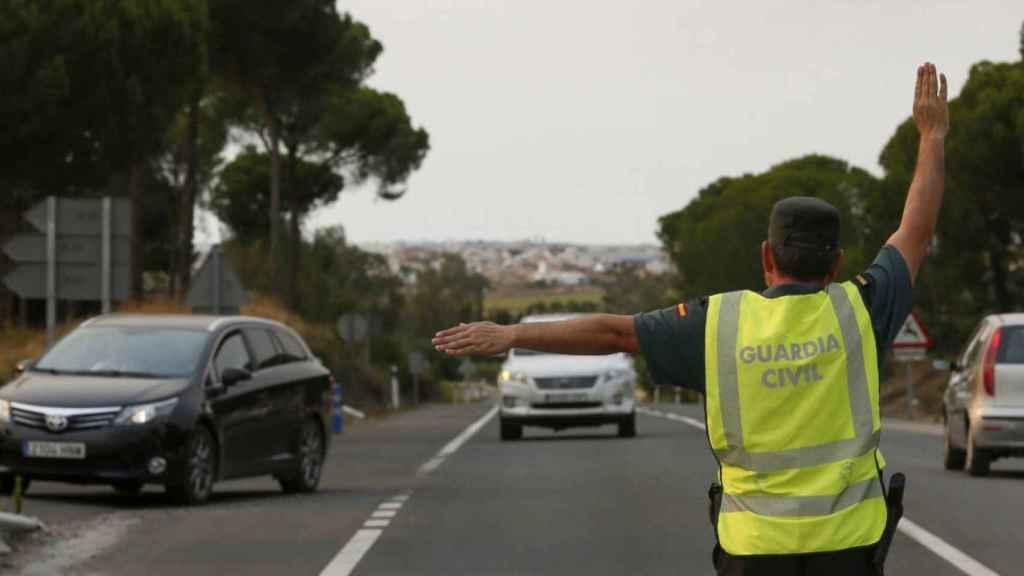 Un agente de tráfico detiene a un vehículo./