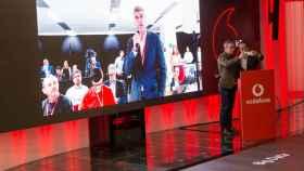 José María Lassalle, secretario de Estado de Agencia Digital, y Santiago Tenorio, de Vodafone, realizan la primera llamada 5G.