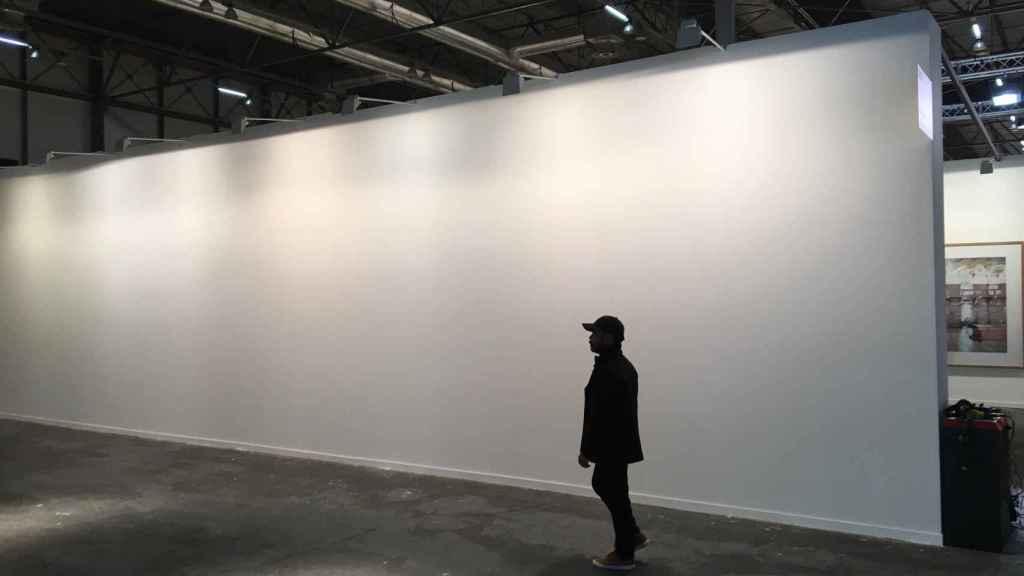 La pared en blanco, donde colgaba el mural de Santiago Sierra, en ARCO.