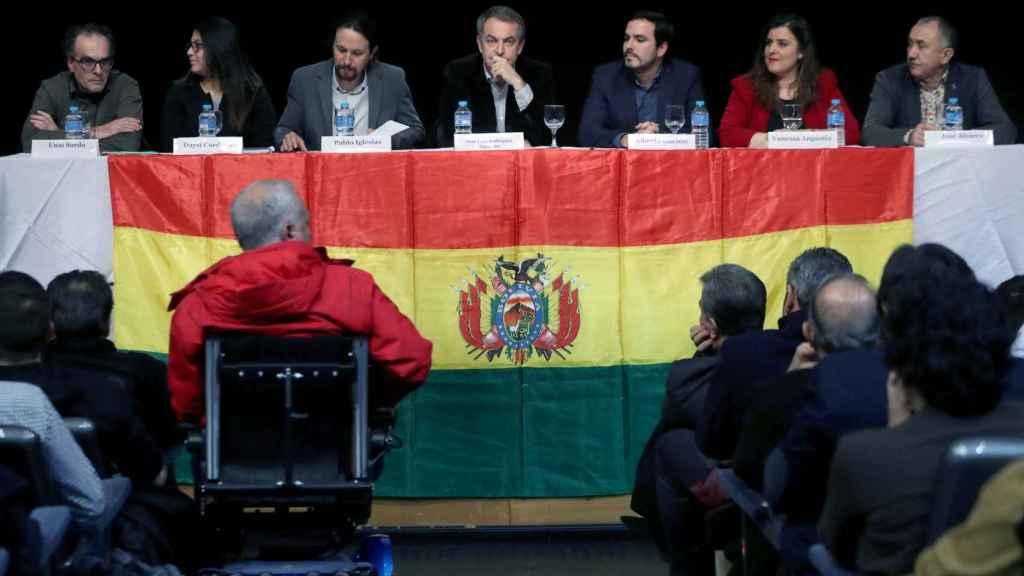 José Luis Rodríguez Zapatero (c), el líder de Podemos Pablo Iglesias (3i) y el líder de Izquierda Unida Alberto Garzón (3d), entre otros, durante un acto de apoyo a Evo Morales.