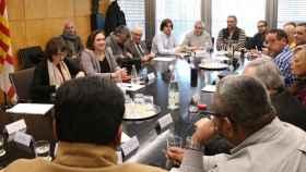 Ada Colau, alcaldesa de Barcelona, durante una reunión con los representantes de los taxistas en Barcelona.